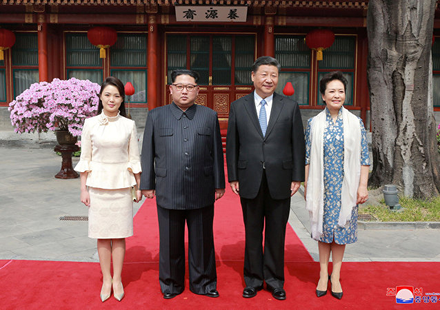 Çin'in resmi haber ajansı Şinhua'ya göre Kim, eşi Ri Sol-ju ile birlikte 25-28 Mart arası Çin lideri Şi Cinping'in daveti üzerine resmi bir ziyaret gerçekleştirdi. Kim, Ri, Şi ve Şi'nin eşi Peng Liyuan kameralara poz verdi.
