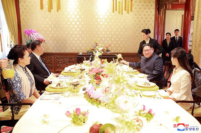 Bununla birlikte Kim, ilk kez bir devlet başkanıyla da bir araya gelmiş oldu. Kim Jong-il, iktidarda bulunduğu süre içerisinde Çin'i birçok kez ziyaret etmişti.