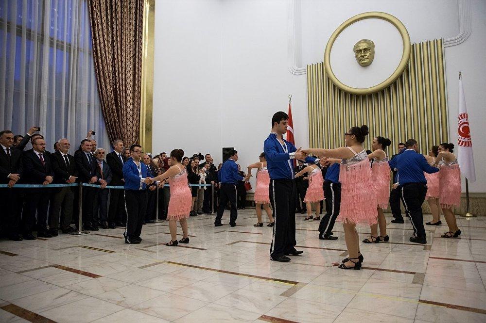 Mecliste down sendromlu gençlerden dans gösterisi