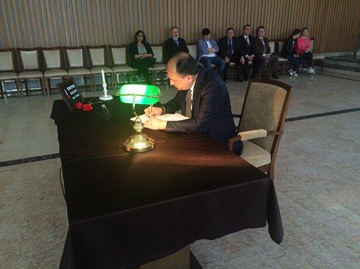 Türkiye adına da daha önce Moskova Büyükelçiliği görevini de yapmış olan Dışişleri Bakanlığı Müsteşar Yardımcısı Ümit Yardım taziye defterini imzaladı.