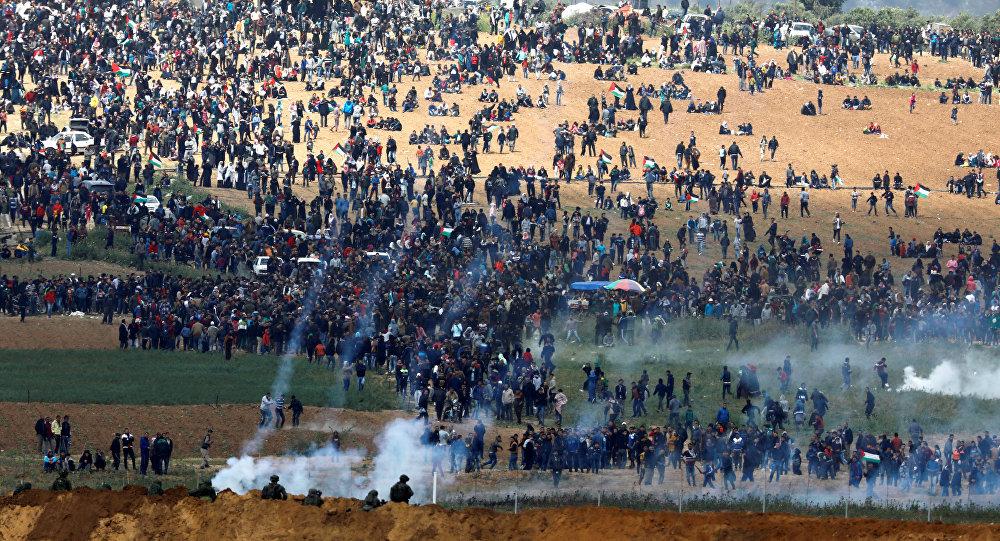 İsrail ordusu Gazze sınırında eylem yapan Filistinliler'e göz yaşartıcı gazla müdahale etti
