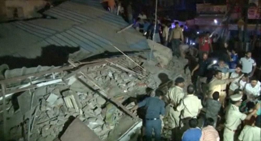 Hindistan'da bina yıkıldı