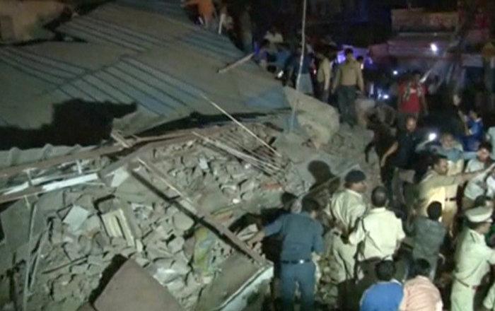 Araba çarptı 100 yıllık bina çöktü: 10 ölü