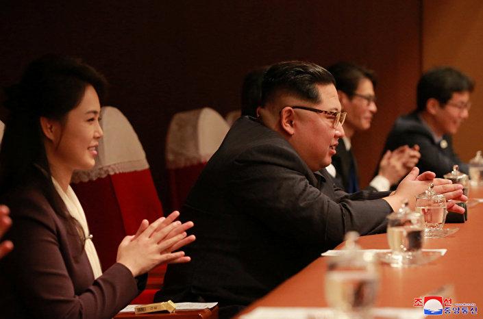 Güney Kore Kültür Bakanı Do Jong-whan'ın aktardığına göre Kim şova büyük ilgi gösterdi ve şarkılarla sözleri hakkında sorular sordu.