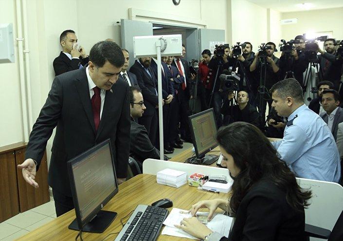 İstanbul Valisi Şahin, Başakşehir Kaymakamlığı binasında ilk kez nüfus müdürlüklerinde verilmeye başlanan pasaport ve sürücü belgelerinin dağıtım törenine katıldı