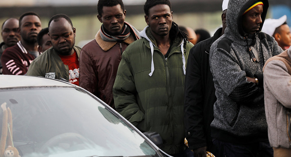 İsrail'in Bney Brak kentinde Nüfus ve Göçmenlik Merkezi bürosunun açılmasını bekleyen Afrikalı göçmenler