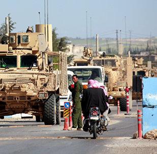 AFP, Menbiç'e takviyeye gelen ve bölgede devriye gezen ABD liderdiğindeki koalisyona bağlı zırhlı araçlarının görüntülerini yayımladı.