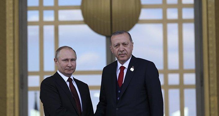 Cumhurbaşkanı Recep Tayyip Erdoğan, Cumhurbaşkanlığı Külliyesi'nde Rusya Devlet Başkanı Vladimir Putin'i resmi törenle karşıladı.