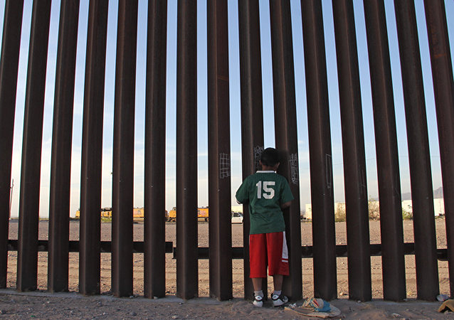 ABD-Meksika sınırı, Ciudad Juarez'deki duvarda Meksikalı çocuk