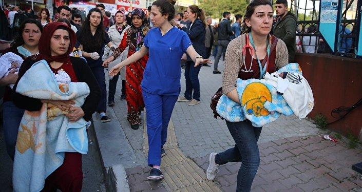 Gaziosmanpaşa Taksim Eğitim ve Araştırma Hastanesi'ndeki yangında yeni doğan bebekler tahliye edildi.
