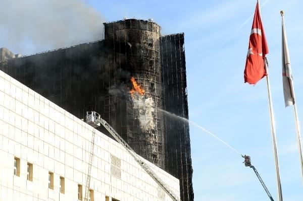 Gaziosmanpaşa'daki hastanede duman tahliyesi yapıldığı ve soğutma çalışmalarına geçildiği belirtildi.