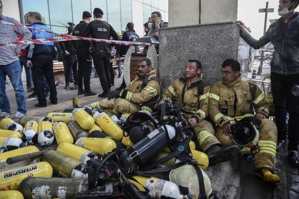 Gaziosmanpaşa'daki hastane yangınına müdahale eden itfaiye ekipleri bitap düştü.