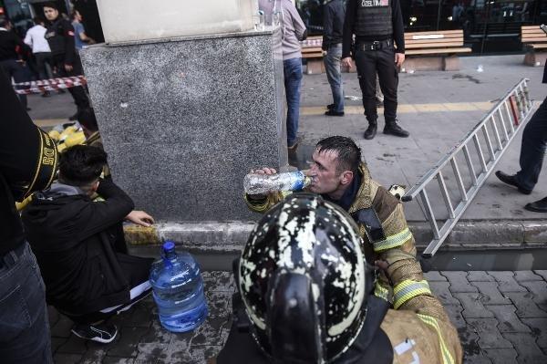 Gaziosmanpaşa'daki hastane yangınına uzun süren müdahaleden sonra itfaiyecileri suya sarıldı.