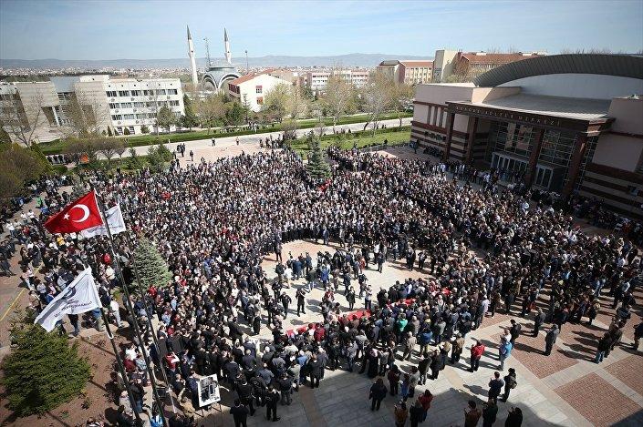 Dekan Yardımcısı Mikail Yalçın, Fakülte Sekreteri Fatih Özmutlu, araştırma görevlileri Yasir Armağan ve Serdar Çağlak için rektörlük önünde tören düzenlendi.