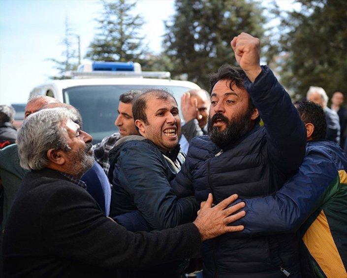 Kurbanların yakınları ESOGÜ Rektörü Prof. Dr. Hasan Gönen'e tepki göstererek istifasını talep etti.