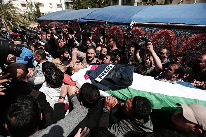 Gazze'de Filistinli gazeteci Yasir Murteca'nın cenazesine binlerce kişi katıldı.