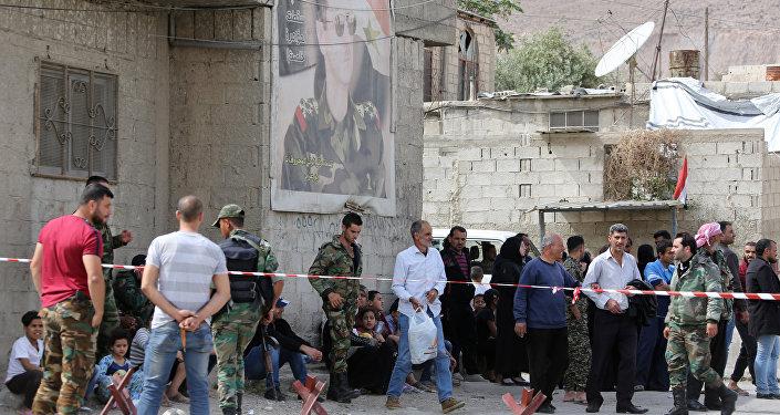 Duma'dan tahliye edilen Ceyş'ül İslam örgütü mensupları ve ailelerini El Vafidin kontrol noktasında kordon altına alan Suriye hükümeti güçleri