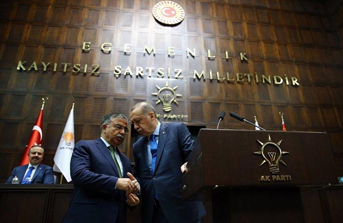 """Erdoğan, Milli Eğitim Bakanı İsmet Yılmaz'ı """"İsmet sizi buraya alalım"""" diye kürsüye çağırdı. İkilinin bir süre kürsü önünde konuştukları gözlendi. T24'ün aktardığına göre Yılmaz'ın Erdoğan'a Üç sivil toplum örgütünün yaptığı bir araştırma. Gençlerimizin deizm ile ilgili bir düşüncesi var diye dediği ifade edildi. Posta da Erdoğan'ın Bu doğru bir şey değil dediğini aktardı."""