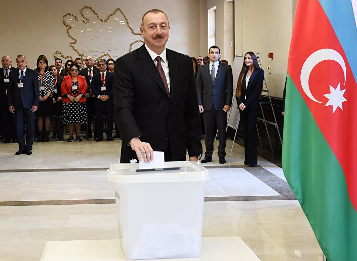 Cumhurbaşkanı Aliyev cumhurbaşkanlığı seçimi için oyunu Bakü'de kullandı