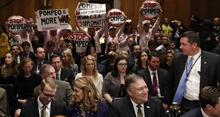 CIA Direktörü Mike Pompeo'nun ABD Dışişleri Bakanı atanmasına onay süreciyle ilgili ilk oturum, savaş karşıtlarının protestosuyla sekteye uğradı.