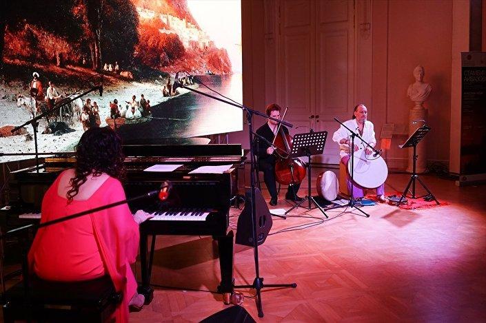 St. Petersburg Rus Müzesi'nde Ayvazovski koleksiyonu sunuş konserini besteci-piyanist Anjelika Akbar gerçekleştirdi.