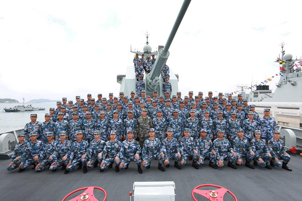 ÇHKO'nun kuruluşundan itibaren günümüze kadar en büyük askeri deniz geçit töreni olarak duyurulan etkinlikte askerlerle birlikte yemek de yiyen Çin Devlet Başkanı Şi'nin askeri kamuflaj giymesi dikkat çekti. Törende, deniz kuvvetlerine ÇKP'ye sarsılmaz sadakatlarını sunmaları çağrısında bulunan Şi,'güçlü bir donanma kurmaya ihtiyacın hiçbir zaman bugünden daha acil olmadığını' kaydederek, ÇHKO'nun deniz kuvvetlerini geliştirmek, modern deniz savaş sistemleri inşa etmek ve çeşitli askeri görevlerde kapasitesini güçlendirmek için çalışması gerektiğini ifade etti.