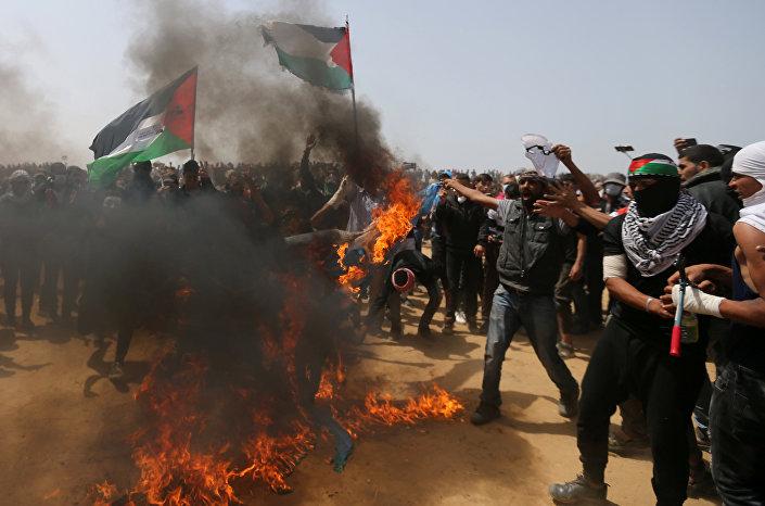 Filistinli eylemciler İsrail bayrağı yaktı