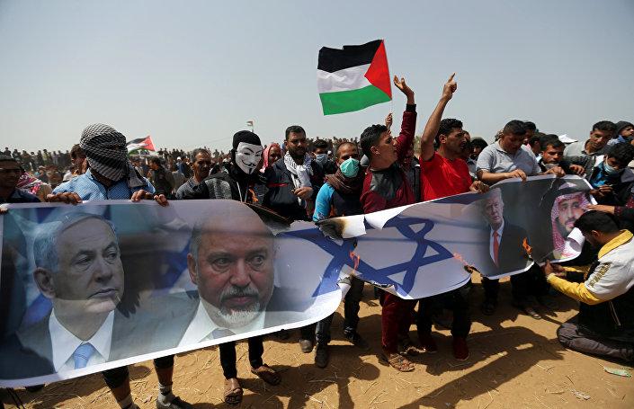 Filistinliler'in yaktığı bir İsrail bayrağında Netanyahu, Liberman, bin Selman ve Trump'ın fotoğrafları yer aldı