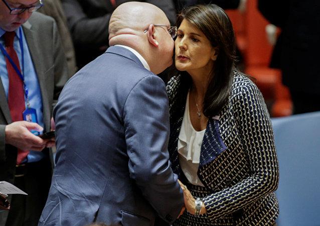 BM Güvenlik Konseyi, Suriye oturumu, Rusya Temsilcisi Vasiliy Nebenzya ile ABD Temsilcisi Nikki Haley öpüşürken, 13 Nisan 2018