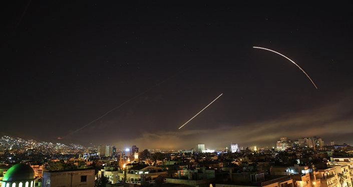 Suriye'nin başkenti Şam'a yönelik ABD öncülüğündeki saldırılar nedeniyle Suriye hava savunmasının aktive edlidiği bildirildi.