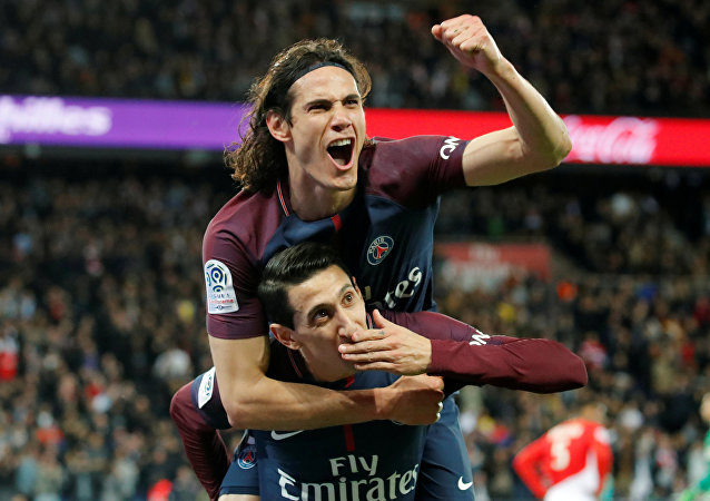 Paris Saint-Germain (PSG) oyuncusu Angel Di Maria (üstte) ve Edinson Cavani gol sevinci yaşarken