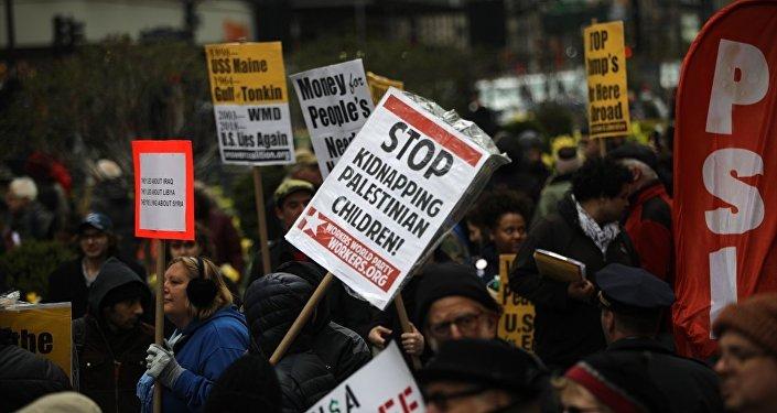 ABD'nin New York kentinde bir araya gelen savaş karşıtı yüzlerce insan yürüyüş düzenledi.