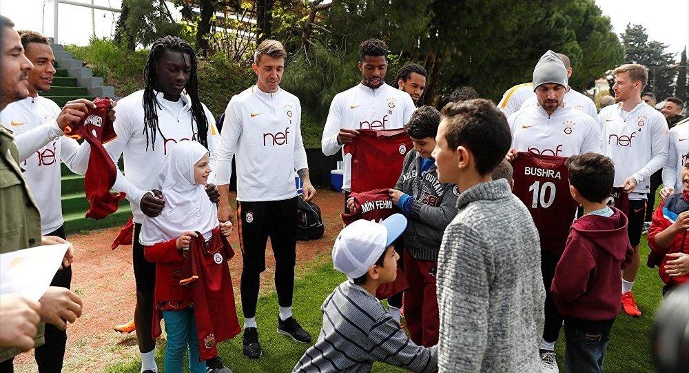 Galatasaray Futbol Takımı'nın Ziraat Türkiye Kupası yarı final rövanşı için yaptığı hazırlıklara Suriyeli sığınmacı çocuklar da konuk oldu, 16.04.2018