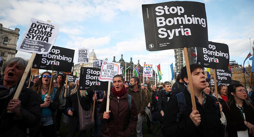İngiltere parlamentosunun önünde Suriye saldırısı protestosu