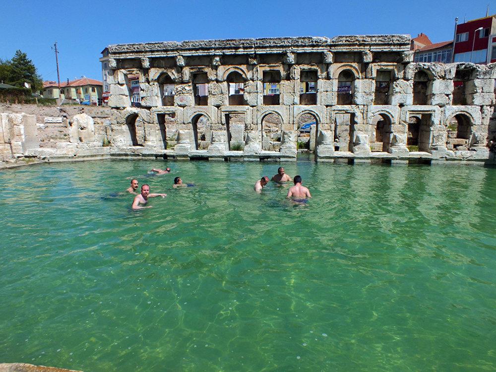 Yozgat Valisi, Roma Hamamı'nın tanıtımını yapmak için antik termal havuzda yüzdü