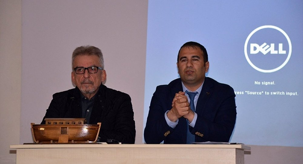 Belgesel film yapımcısı Cem Sertesen (Solda) ve Ağrı Kültür ve Turizm Müdür Yardımcısı Erkan Kösedağ (Sağda), 42. Turizm Haftası etkinlikleri kapsamında Doğubayazıt ilçesindeki Vali Kutlu Aktaş Konferans Salonu'nda düzenlenen Nuh'un Gemisi konulu konferansa katıldı.