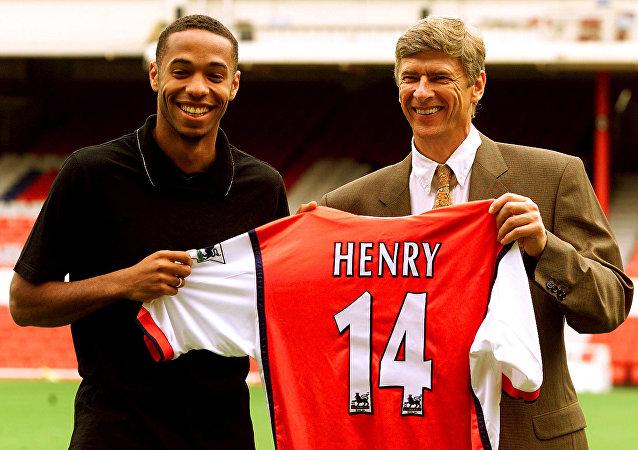 14 numaralı Arsenal formasıyla Thierry Henry ve Arsene Wenger, 3 Ağustos 1999