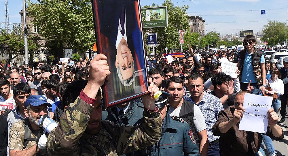 Ermenistan'ın başkenti Erivan'da Serj Sarkisyan'a karşı protesto, 19 Nisan 2018