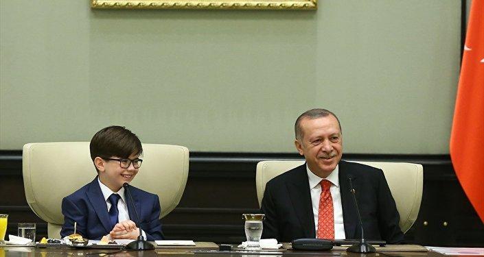 Cumhurbaşkanı Recep Tayyip Erdoğan, 23 Nisan dolayısıyla koltuğunu devretti