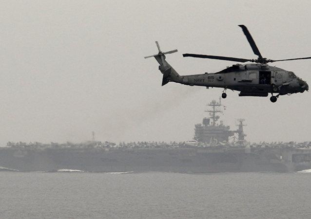 Doğu Akdeniz'de nükleer güçle çalışan uçak gemisi USS Harry S. Truman'ın çevresinde uçan helikopter
