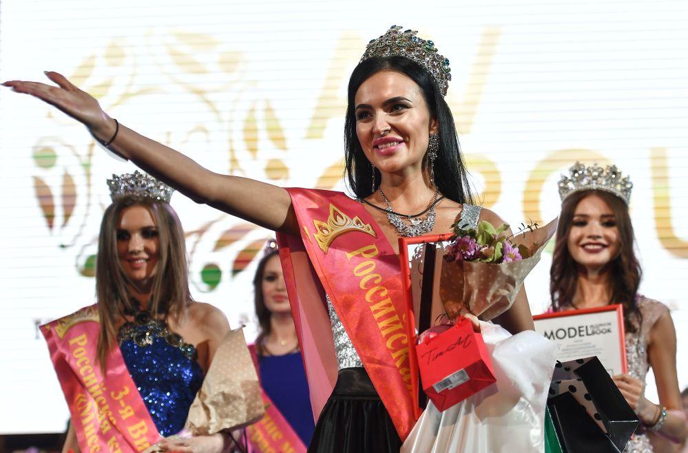 Güzellik yarışmasında zafer kazanan İrina Safronova.