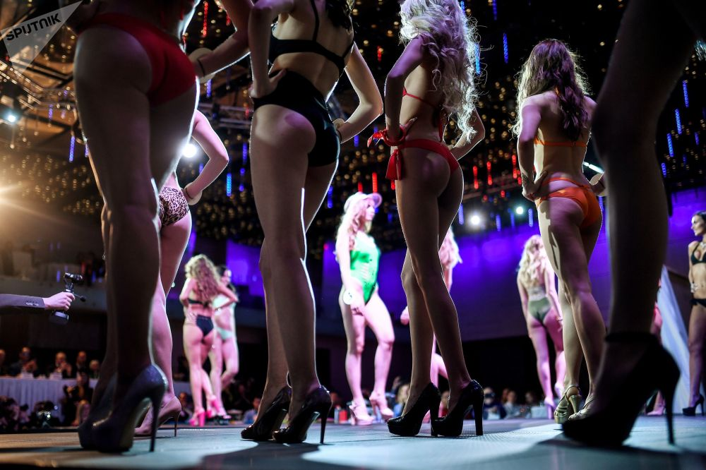 Ülkenin dört tarafından gelen 20 kız güzellik tacı için yarıştı.