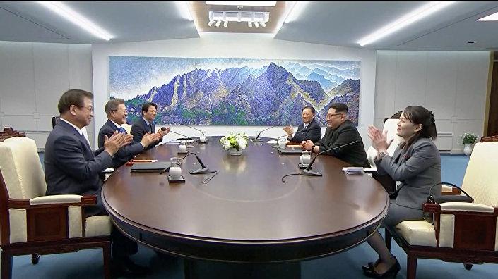Kuzey Kore lideri Kim Tanıştığımıza memnun oldum. (...) Bugün yeni bir barış, refah ve Kore ilişkileri tarihinin yazıldığı yeni bir çizgideyiz. (...) Bunun gerçekleşmesi için 11 yıl bekledik. Buraya gelirken bunun neden bu kadar uzun sürdüğünü düşündüm. Bir sürü beklenti var, umarım bu beklentileri karşılayan anlaşmalara varabiliriz dedi. Akşam yemeği için hazırlanan menüdeki bir yemeğe (naengmyeon) atıfta bulunan Kim esprili bir dille Şu yemek hakkında bir hayli konuştuğunuzu duydum. Şu Pyongyang noodle'ları! Sizin için Pyongyang'dan getirdim. Umarım akşamki yemekte hoşunuza gider ifadesini kullandı. Öyle ki sınırın kuzey tarafına noodle yapma makinası yerleştirildi.