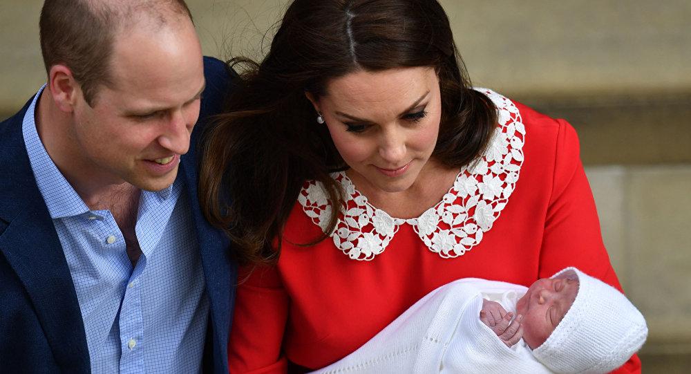 Cambridge Dükü William ile Düşesi Kate, üçüncü çocuklarına Louis Arthur Charles adını verdi.