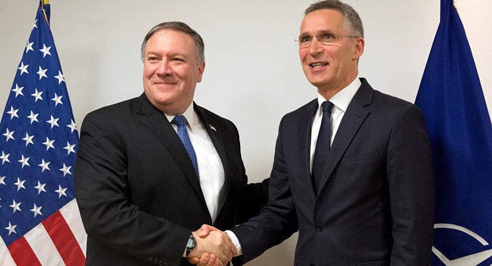 Brüksel'deki NATO Dışişleri Bakanları Toplantısı'nda Mike Pompeo ile Jens Stoltenberg, 27 Nisan 2018