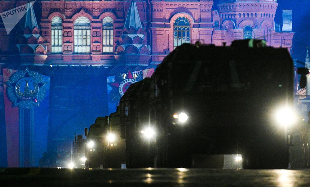 Kızıl Meydan'daki Zafer Geçidi'nin gece provası