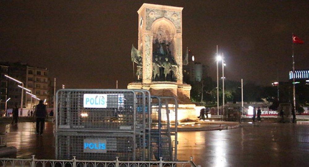 1 Mayıs öncesinde, güvenlik çemberi oluşturulması amacıyla Taksim Meydanı'na polis bariyerleri getirildi.