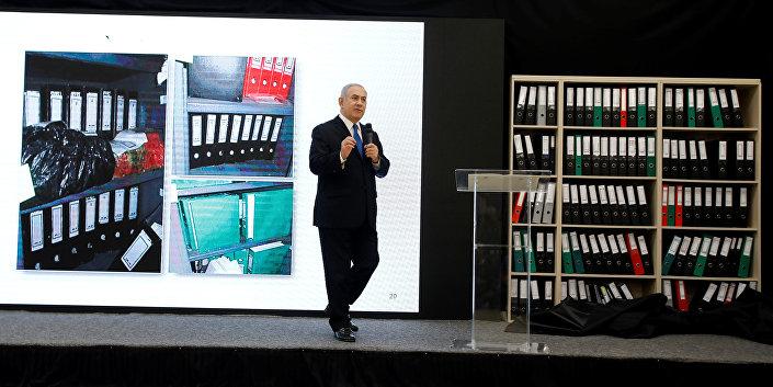 Netanyahu, İran'ın çok gizli bir yerde sakladığı orjinal 100 bin nükleer belgenin kopyaları ve 183 CD'nin arkasındaki kütüphanede durduğunu ileri sürdü.