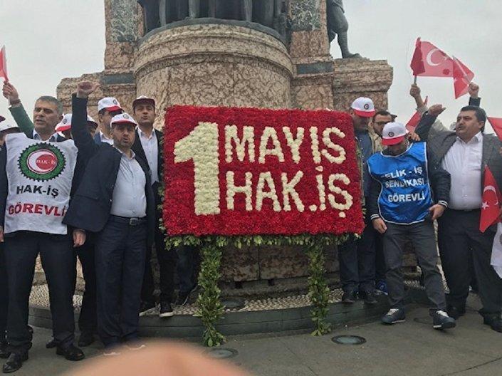 Hak-İş İstanbul İl Başkanlığı, 1 Mayıs Emek ve Dayanışma Günü dolayısıyla Kazancı Yokuşu'na karanfil, Taksim Cumhuriyet Anıtı'na ise çelenk bıraktı.