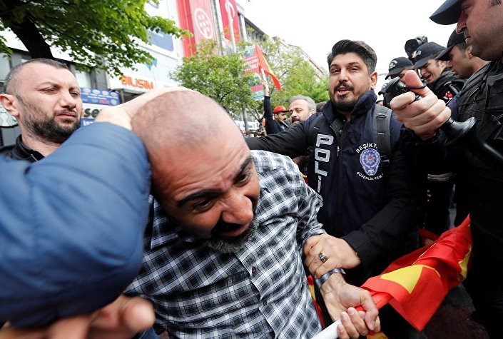 Taksim'e çıkmak isteyen Halkın Kurtuluş Partisi (HKP) üyesi bir grup gözaltına alındı.